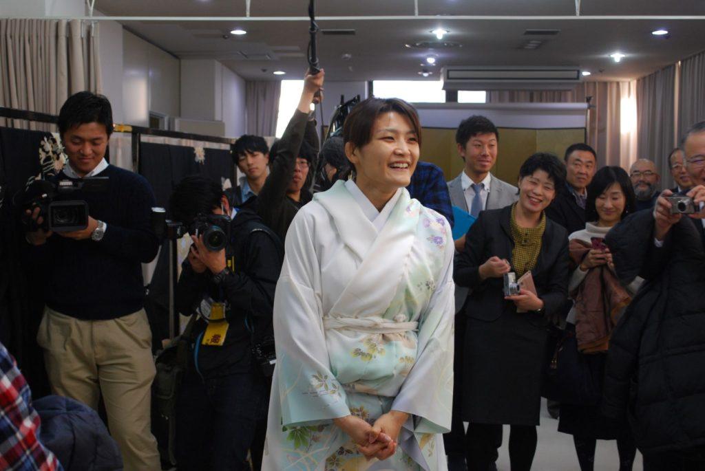 京都和装産業振興財団で着物を試着する伊調さん